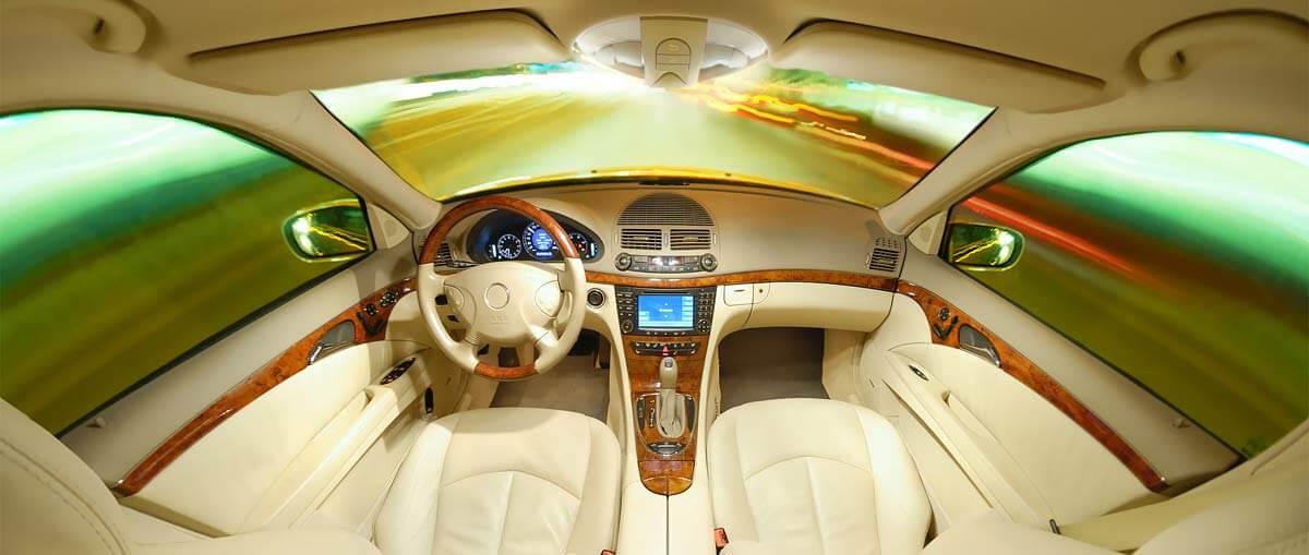 Салон автомобиля из белой кожи