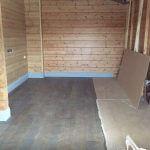 Комната с деревянными стенами до уборки
