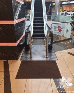 Чистка коврика у эскалатора
