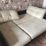 Разложенный грязный диван в комнате