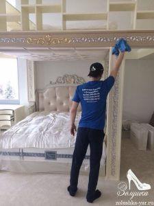 Человек моет светлую мебель