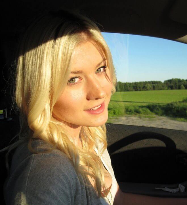Портрет девушки в машине