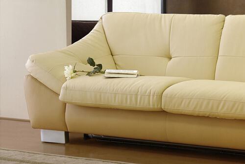 Мягкий кожаный бежевый диван