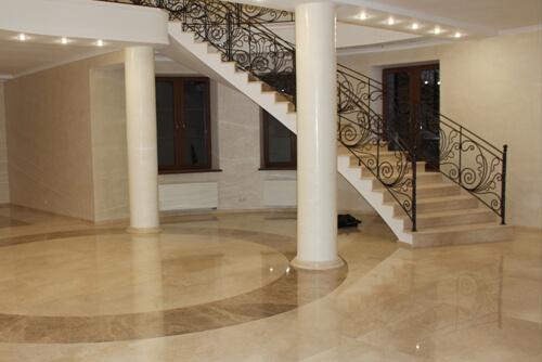 Мраморный пол и лестница холла