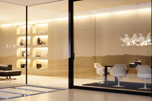 Интерьер кафе со стеклянными стенами