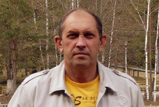 Портрет мужчины в желтой футболке