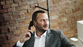 Портрет мужчины с телефоном
