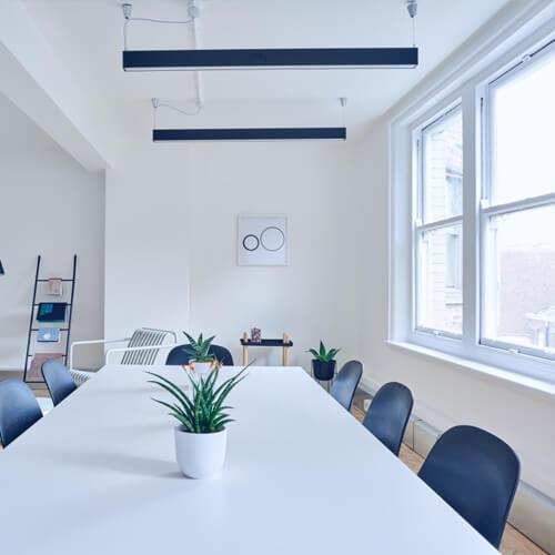 Стол для переговоров в комнате с окном