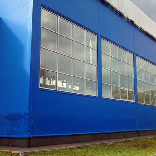 Фасад с окнами торгового центра