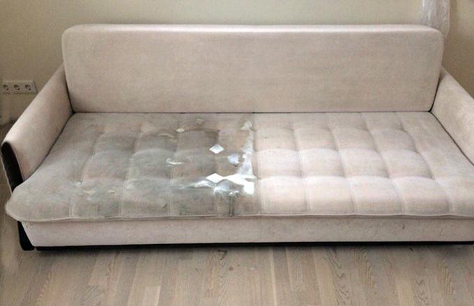 Мягкий диван наполовину очищенный от грязи