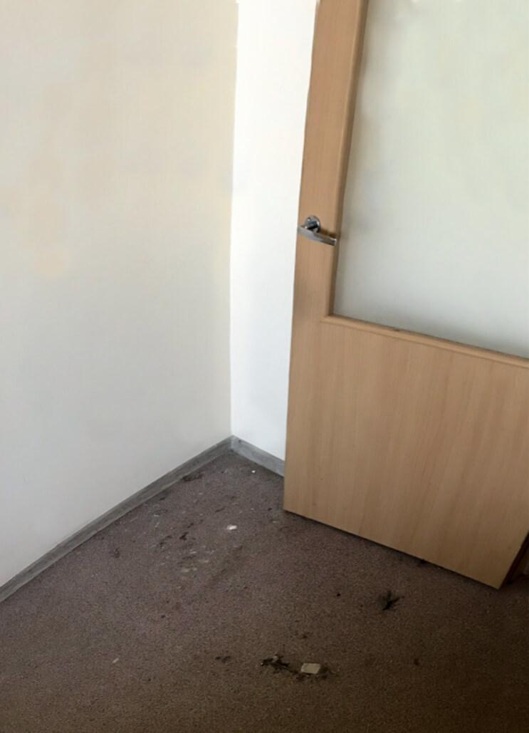 Угол комнаты с грязным полом