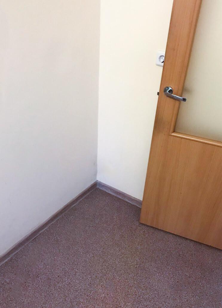 Угол комнаты с отмытым полом