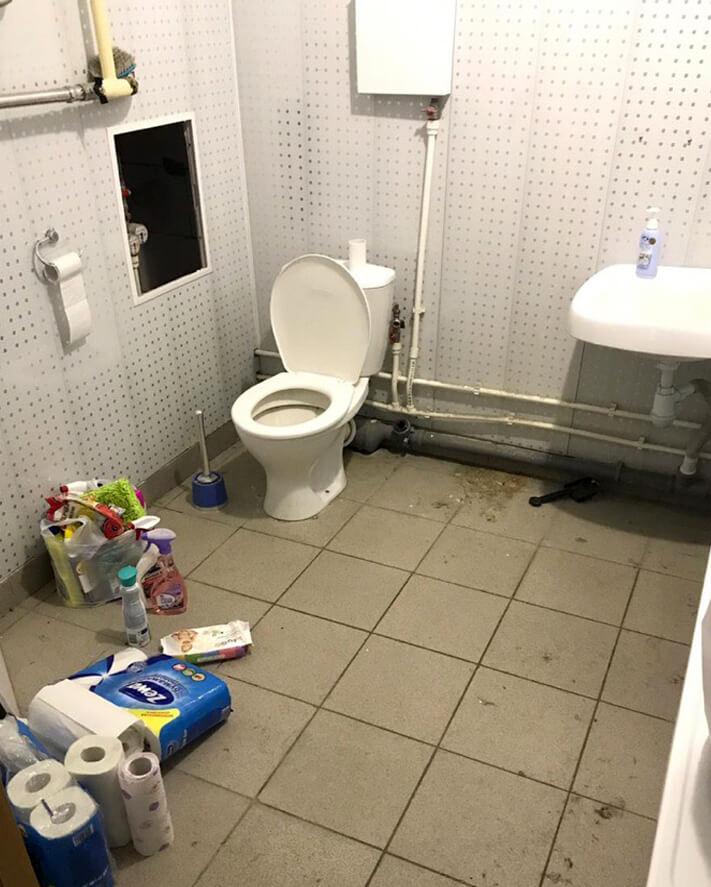 Туалетная комната, унитаз и раковина перед уборкой