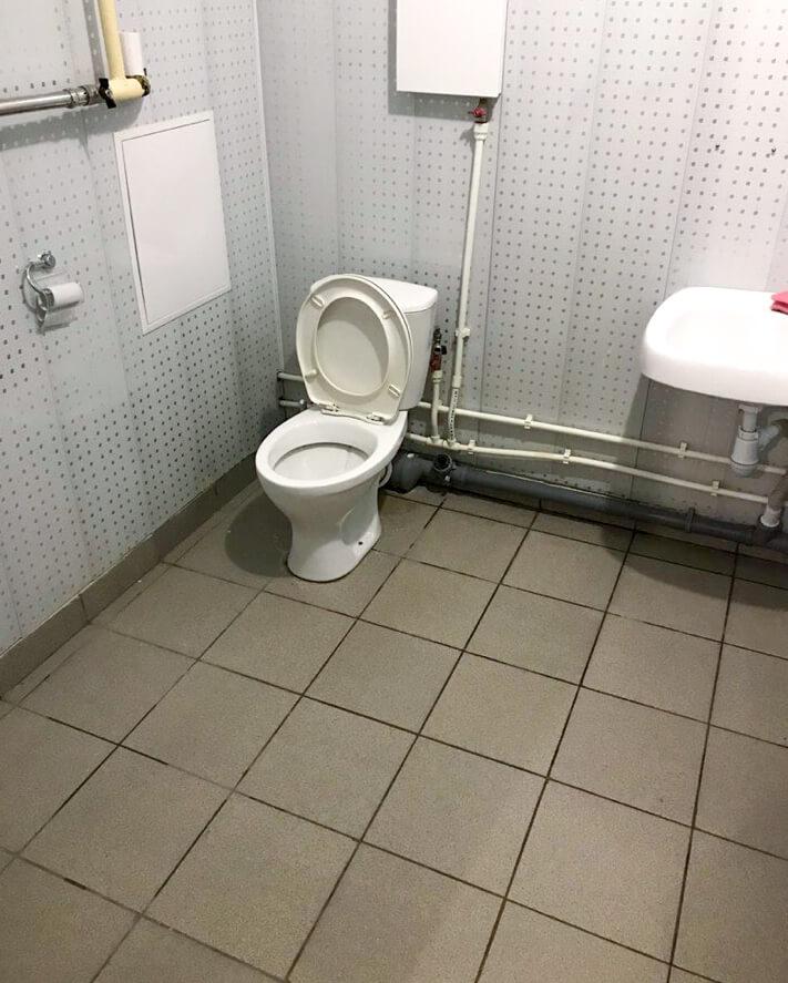 Туалетная комната, унитаз и раковина после уборки