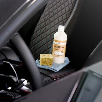 Пятновыводитель в салоне автомобиля