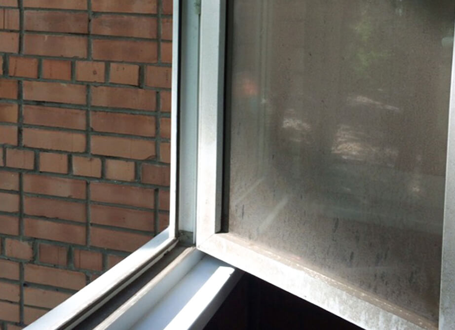 Пластиковое окно в пыли и грязи