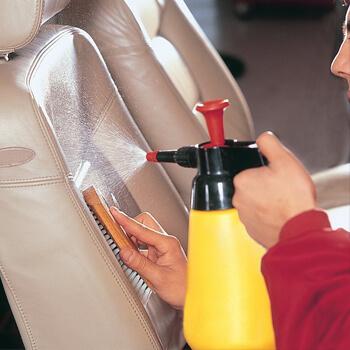 Желтый распылитель в салоне автомобиля