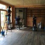 Мужчины выполняют генеральную уборку в комнате дома