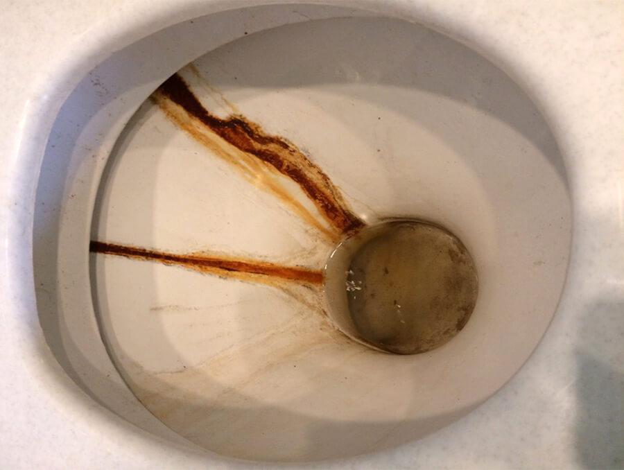 Унитаз со ржавыми пятнами налета