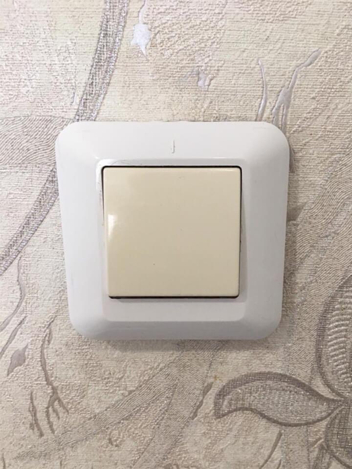 Электрический выключатель после очистки от грязи