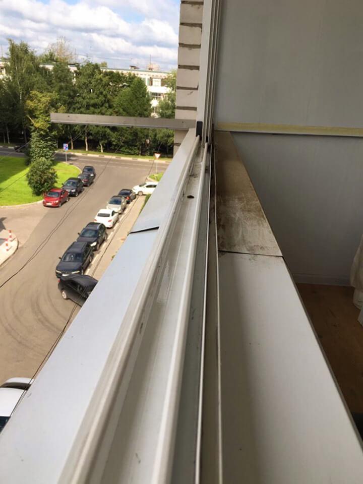 Рама балконного остекления с пылью и грязью