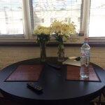 Цветы в вазах на пыльном столе