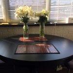Цветы в вазах на столе