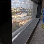 Грязный подоконник окна