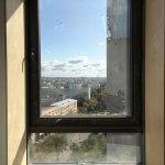 Грязное окно перед мойкой