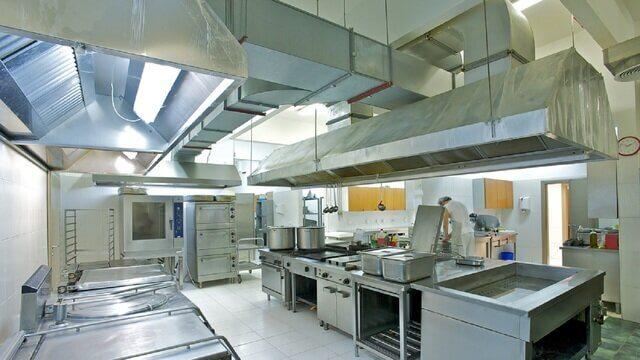 Большое помещение кухни общественного питания