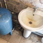 Загрязненная раковина в служебном помещении