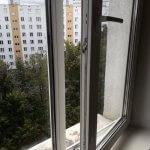 Приоткрытое пластиковое окно после мойки