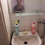 Раковина в ванной комнате перед уборкой