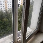 Приоткрытое пластиковое окно до мойки