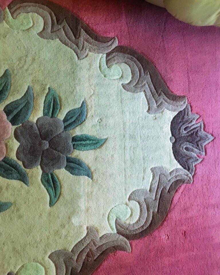 Цветной ковер с примером химчистки