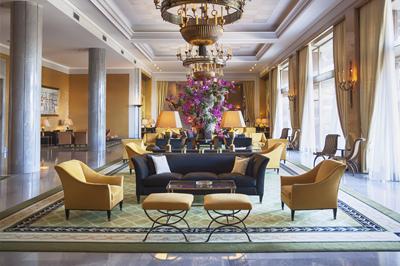 Холл с колоннами, креслами и диванами