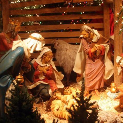 Рождественский вертеп с волхвами у младенца