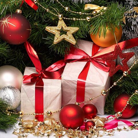 Новогодние подарки и игрушки под елкой