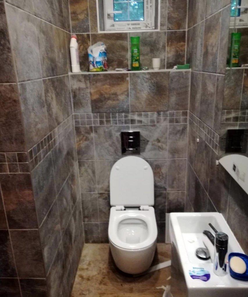 Унитаз и раковина в туалете после ремонта