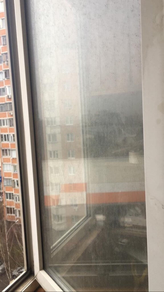 Грязное стекло пластикового окна