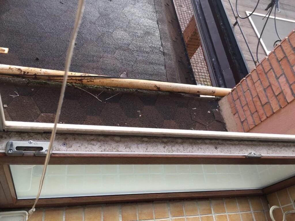Открытое загрязненное окно и часть конструкции крыши