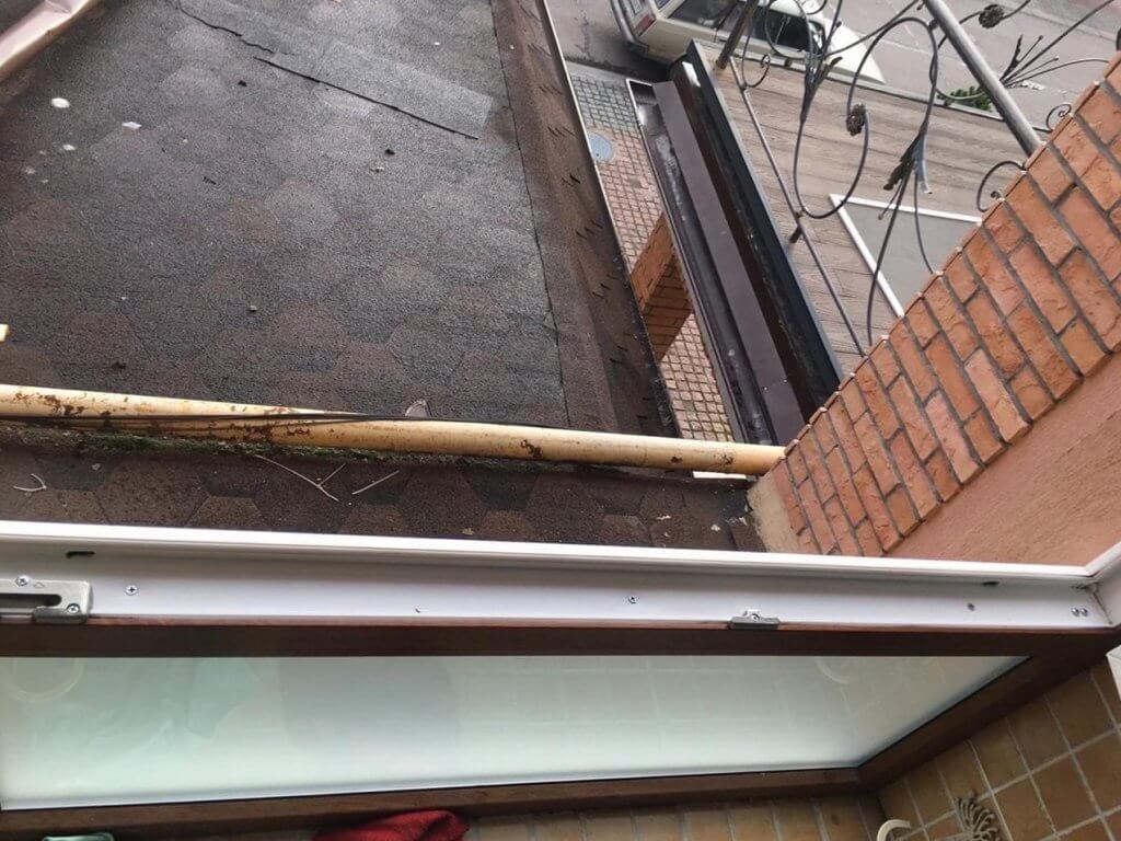 Открытое окно после мойки и часть конструкции крыши