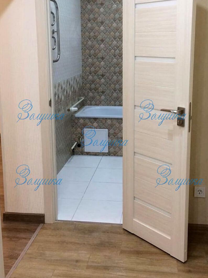 Открытая дверь ванной комнаты после уборки
