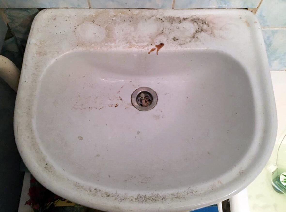 Раковина в ванной комнате до профессиональной чистки