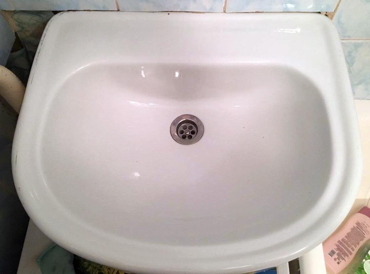 Чистая раковина в ванной комнате