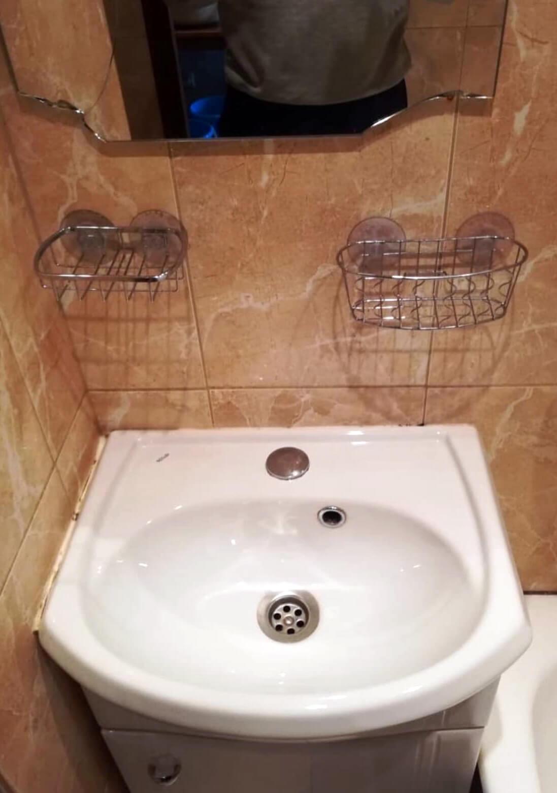 Чистая мойка с зеркалом в ванной комнате