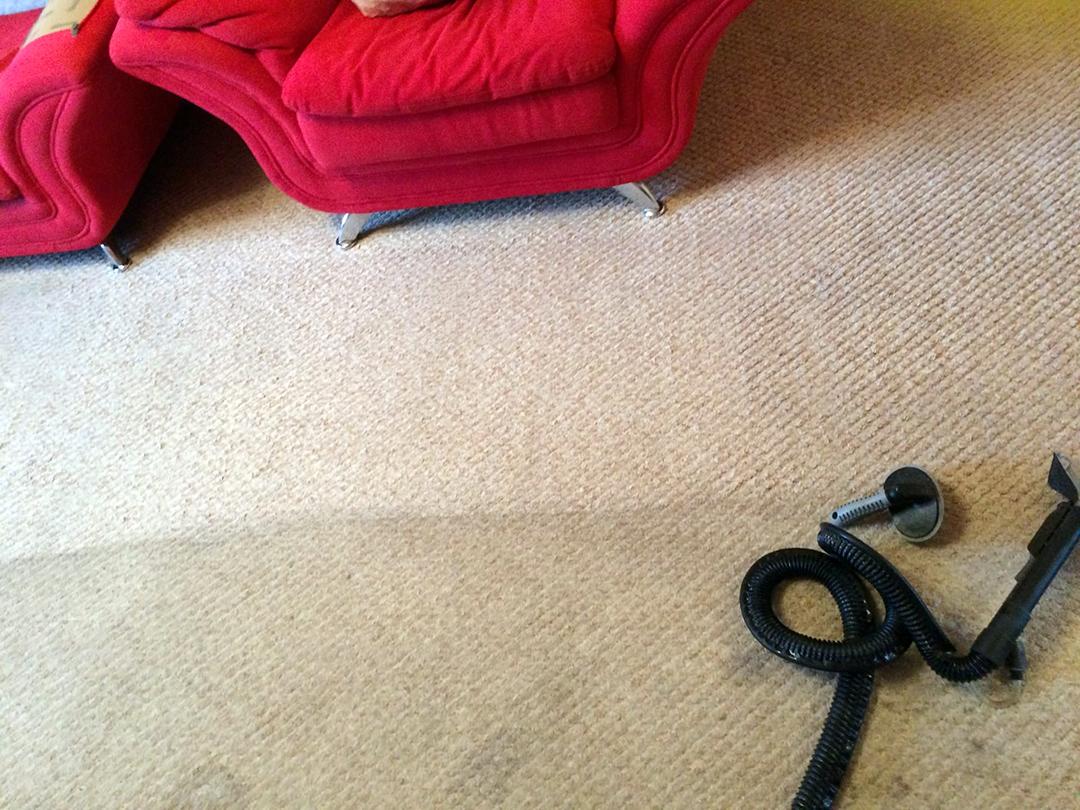 Загрязненное ковровое покрытие в процессе чистки