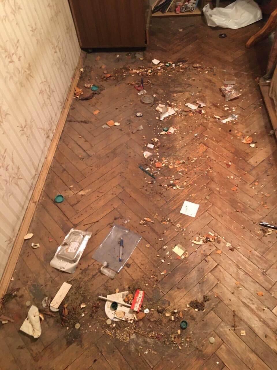 Старый загрязненный паркет в квартире до уборки