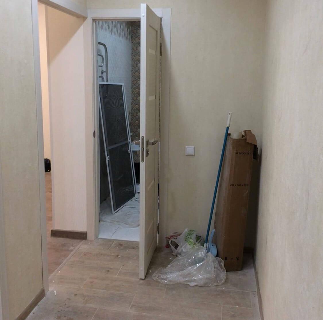 Коридор и дверь в ванную до уборки