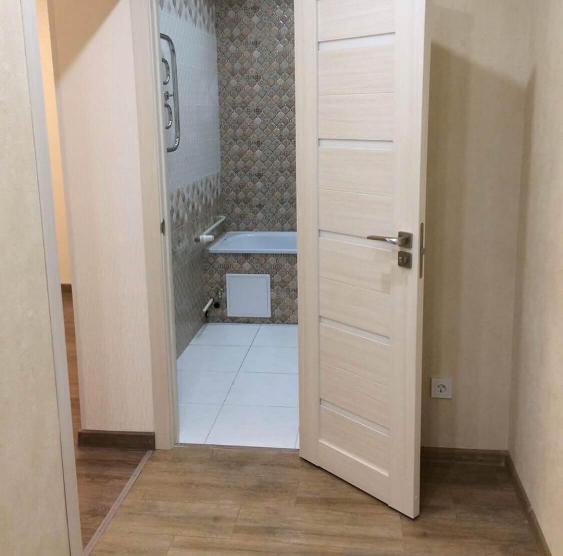 Коридор и дверь в ванную после уборки